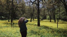 Reporter gör foto av en blommande naturlig reserv för publikationen i tidskrift stock video