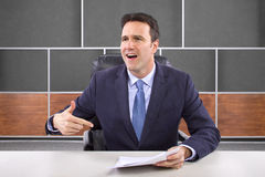 Reporter im Nachrichten-Raum stockfotos