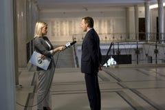 Reporter intervjuar en politikar Royaltyfria Foton