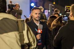 Reporter locale davanti alla videocamera, parlante dei risultati elettorali generali a Madrid, la Spagna Immagini Stock