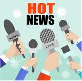 Reporter med mikrofoner av radion och television Arkivfoton