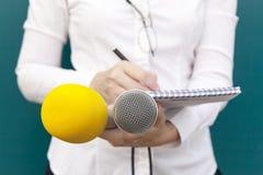 Reporter am Medienereignis Mikrophone getrennt auf weißem Hintergrund stockfotos