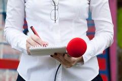 Reporter am Medienereignis Mikrophone getrennt auf weißem Hintergrund lizenzfreie stockfotos