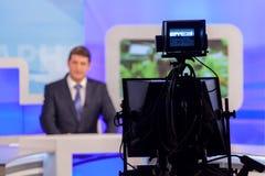 Reporter o anchorman della registrazione della macchina fotografica dello studio della TV Radiodiffusione in tensione Fotografia Stock Libera da Diritti