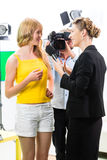 Reporter och kameraman skjuter en intervju Arkivfoton