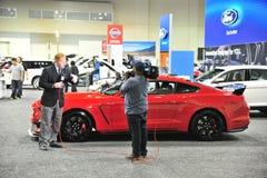 Reporter på en auto show royaltyfri foto