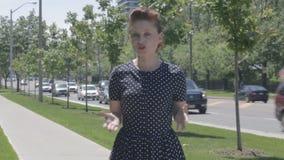 Reporter robi żywemu kawałkowi kamera outdoors w Toronto zbiory