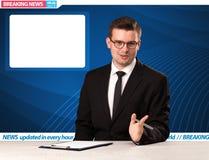Reporter televisivo che dice ultime notizie al suo spirito dello scrittorio dello studio immagine stock