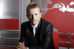 Reporter televisivo serio in studio Fotografia Stock Libera da Diritti
