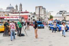 Reporter von der Arbeit Rai-Nachrichten 24 über Taksim-Quadrat Stockfoto