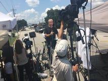 Reporter vor Kamera Stockfotos
