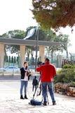 Reportero adolescente de la muchacha de la edad que habla delante de knesst Fotografía de archivo libre de regalías