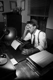 Reportero agotado que trabaja tarde en la noche Fotografía de archivo libre de regalías