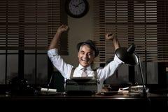 Reportero alegre con los puños aumentados Fotografía de archivo