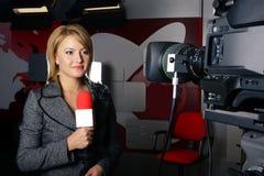 Reportero con la sonrisa de frenado de las noticias Imagen de archivo libre de regalías