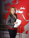 Reportero de la TV con noticias de frenado Imagenes de archivo