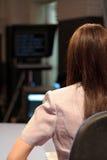 Reportero de la TV en estudio Foto de archivo libre de regalías