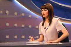 Reportero de la TV en estudio Imagen de archivo libre de regalías