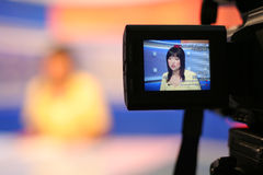 Reportero de la TV en estudio Imagenes de archivo