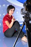 Reportero de la TV en estudio Fotografía de archivo libre de regalías