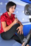 Reportero de la TV en estudio Fotos de archivo