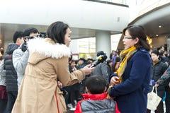 Reportero de la TV la entrevista Fotos de archivo
