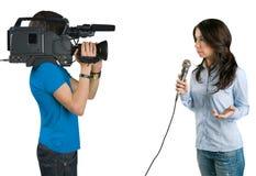 Reportero de la TV que presenta las noticias en estudio. Foto de archivo