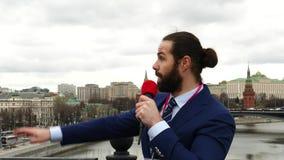 Reportero de sexo masculino de la TV almacen de metraje de vídeo