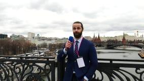 Reportero de sexo masculino de la TV metrajes