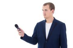 Reportero de sexo masculino profesional que sostiene un micrófono aislado en pizca Imagenes de archivo