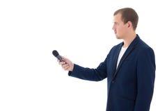 Reportero profesional que sostiene un micrófono aislado en el CCB blanco Imagen de archivo libre de regalías