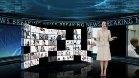 Reportero que dice las noticias de última hora en la TV almacen de metraje de vídeo