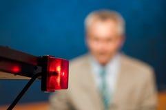Reportero que presenta noticias Foto de archivo libre de regalías