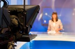 Reportero que presenta noticias Fotografía de archivo libre de regalías