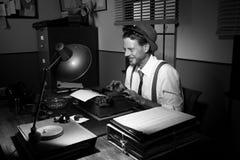 Reportero retro sonriente en el trabajo Foto de archivo libre de regalías