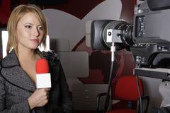 Reportero serio de la TV en la transmisión viva Imagen de archivo