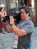 Reporteros de la TV en la calle de Nikolskaya en Moscú durante el mundial Fotos de archivo