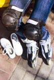 Repos actif pour des enfants pendant l'été Patinage de rouleau en stationnement Image stock
