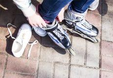 Repos actif pour des enfants pendant l'été Patinage de rouleau en stationnement Image libre de droits