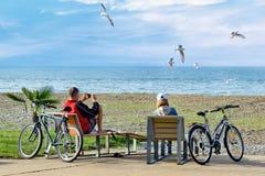 Repos après voyage de vélo de week-end - un couple se repose sur les chaises longues et l'en Photos stock