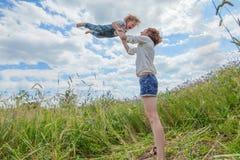 Repos caucasien de prise de bébé garçon en parc Photos stock