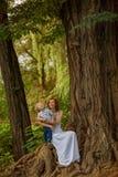 Repos caucasien de prise de bébé garçon en parc d'été Images libres de droits
