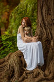 Repos caucasien de prise de bébé garçon en parc d'été Photos stock