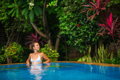 Repos caucasiens de femme à la piscine Photos libres de droits