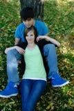 Repos d'adolescent de couples Images stock