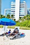 Repos d'enfants de père de plage de vacances Photo libre de droits