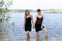 Repos de deux joli filles sur la nature Image stock
