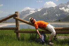Repos de garçon dans les Alpes Photos libres de droits