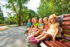 Repos de garçons et de filles en parc Photos stock