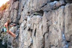 Repos de grimpeur sur l'itinéraire photographie stock libre de droits
